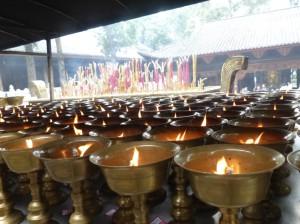 Opfergaben im Tempel hinter der Buddha-Statue