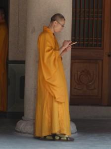 Auch Mönche kommen nicht mehr ohne Handy aus