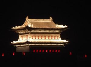 Stadttor bei Nacht in der neuen Altstadt von Datong